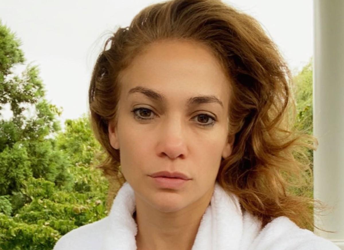 Jennifer Lopez faz selfie de cara lavada e impressiona