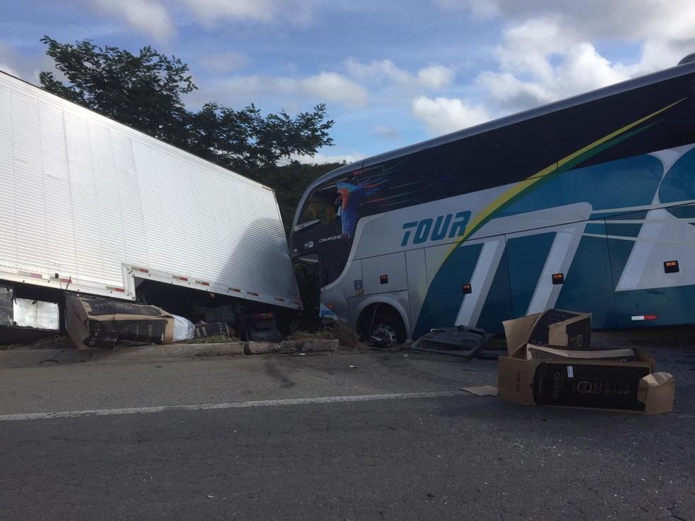 Colisão dos veículos foi frontal — Foto: Corpo de Bombeiros/Divulgação