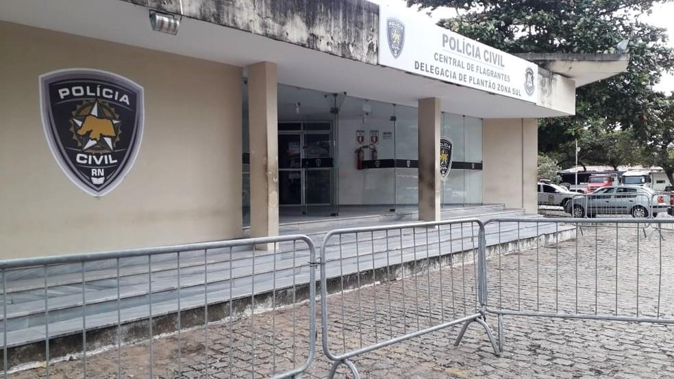 Detidos foram levados para a Delegacia de Plantão da Zona Sul de Natal — Foto: Klênyo Galvão/Inter TV Cabugi