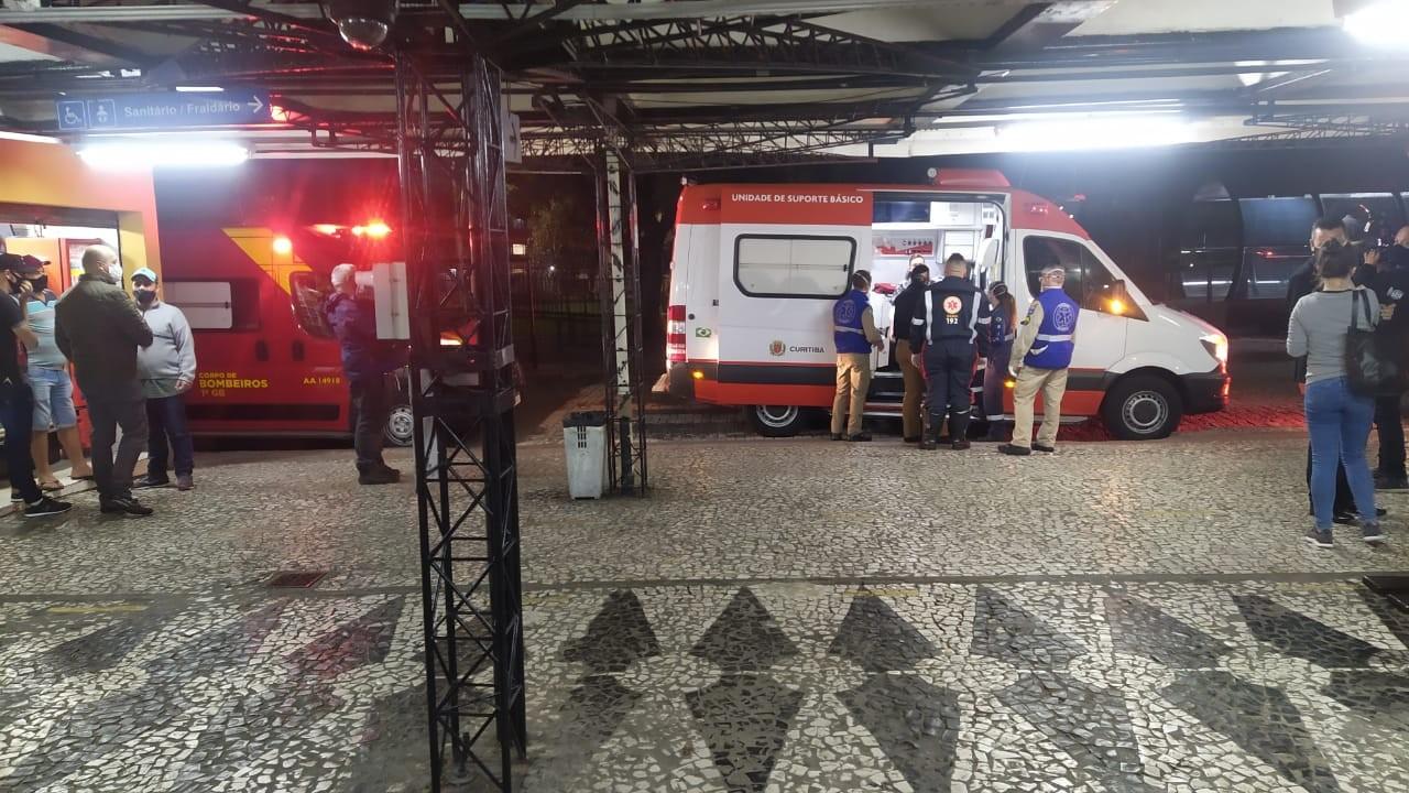 Idoso é preso suspeito de esfaquear jovens dentro de ônibus, em Curitiba