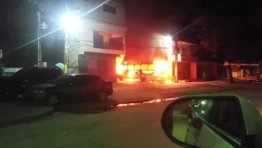 Micro-ônibus é incendiado na cidade de Maragogi, em Alagoas