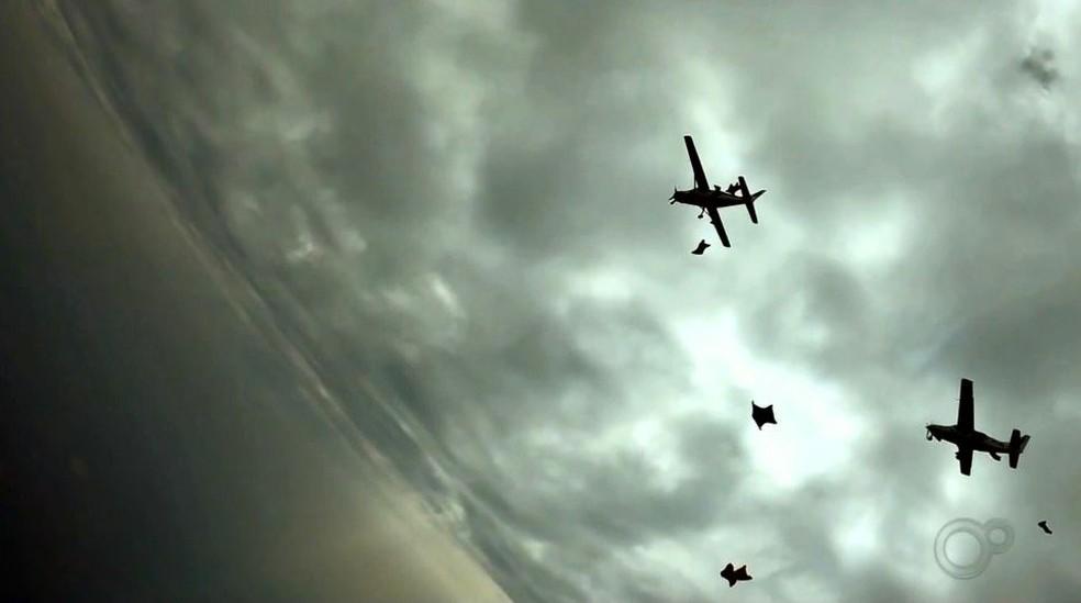 Paraquedistas saltam de wingsuit e batem recorde sul-americano em Boituva — Foto: TV TEM/Reprodução