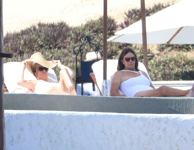 Cabo, MEXICO  - Caitlyn Jenner and Sophia Hutchins show off their beach bods as they enjoy their vacation. Caitlyn and Sophia look great as they soak up the sun on the resort beach.Pictured: Caitlyn Jenner, Sophia HutchinsBACKGRID USA 28 OCTOBER 2 (Foto: HEM / BACKGRID)