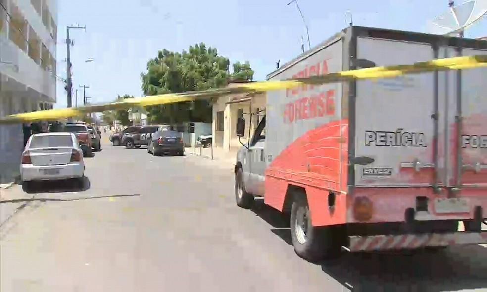 Perícia na rua da cadeia pública na manhã deste sábado (15)  — Foto: Reprodução/TV Verdes Mares