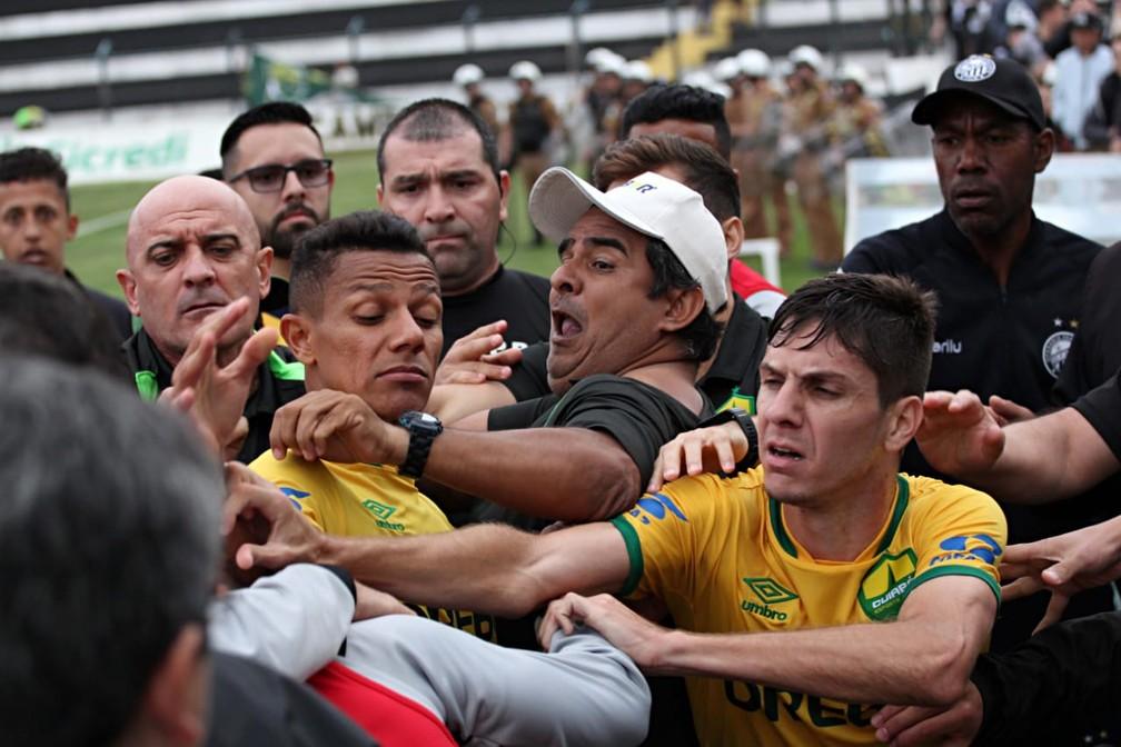 Operário-PR x Cuiabá - confusão — Foto: Josué Teixeira/Gazeta do Povo