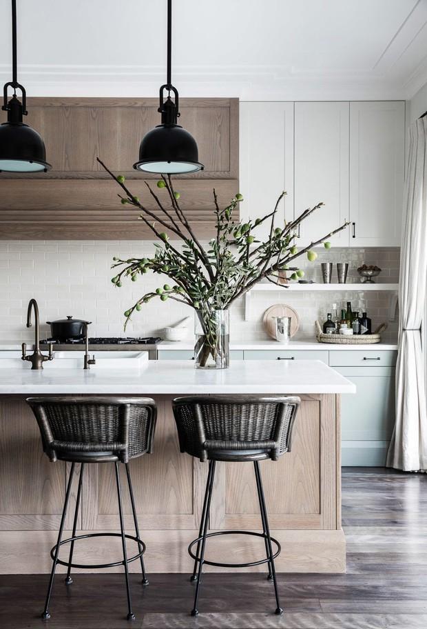 Décor do dia: cozinha com azulejo de metrô e bancada de madeira