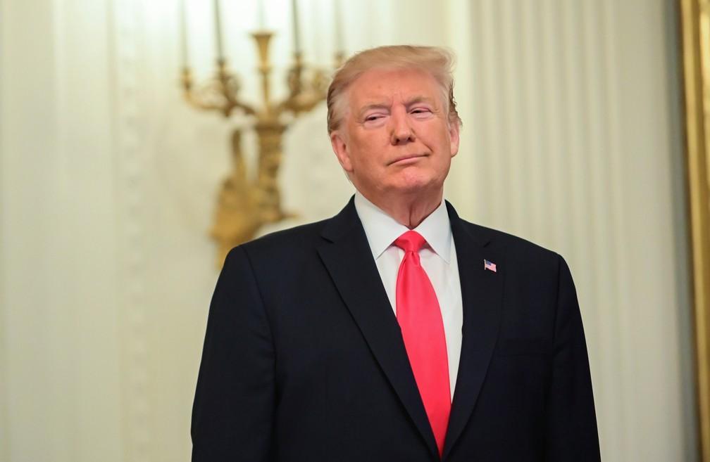 Donald Trump, presidente dos EUA, em cerimônia na Casa Branca para homenagear civis e policiais que socorreram vítimas de atentados no Texas — Foto: Erin Scott/Reuters