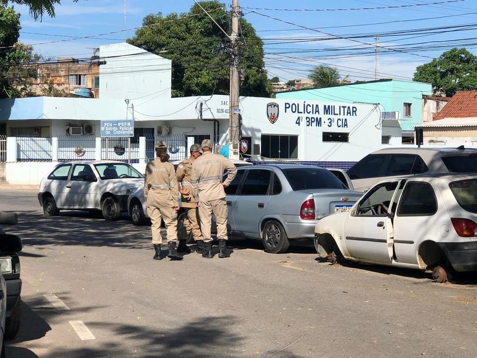 Carro onde estavam os galões de gasolina sendo analisado por bombeiros — Foto: Fábio Linhares/TV Gazeta