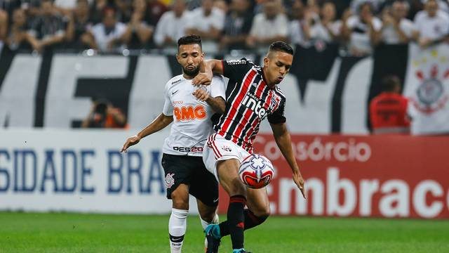 Clayson disputa lance com Igor Vinícius