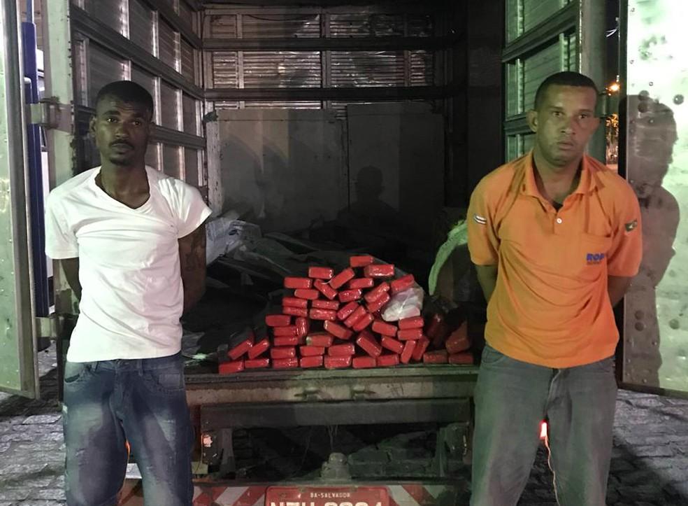 'Papel', de camisa branca, e Wellington de Oliveira Santos foram autuados por tráfico de drogas e associação criminosa. — Foto: Divulgação/SSP
