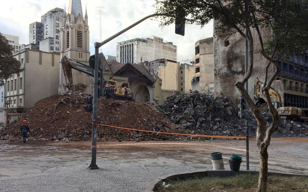 Escombros são separados onde prédio desabou no Centro de SP (Foto: Glauco Araújo/G1)