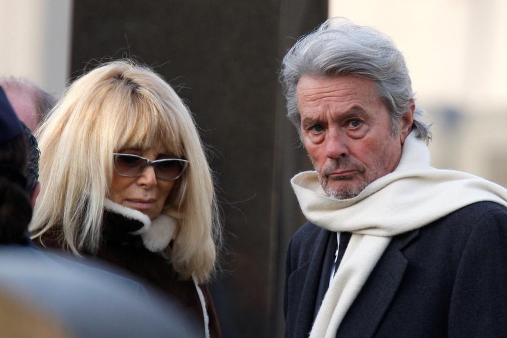 Alain Delon e Mireille Darc, em 2009, durante o funeral do ator Claude Berri  (Foto: REUTERS/Charles Platiau/File Photo)