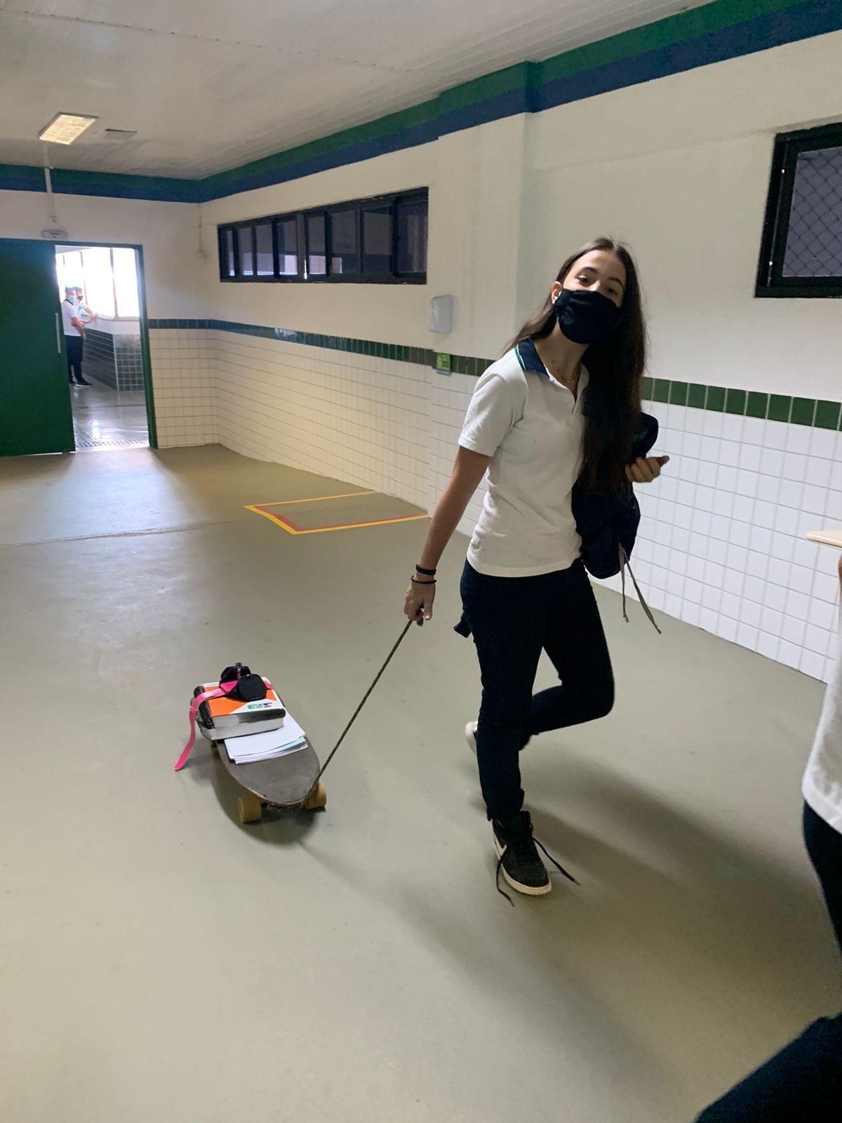Estudantes promovem 'dia sem mochila' e vão à aula levando material de estudo em berço, skate e outras formas inusitadas, em Fortaleza