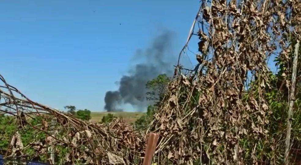 Fumaça após queda de aeronave em Tietê (SP) assustou moradores — Foto: Arquivo Pessoal