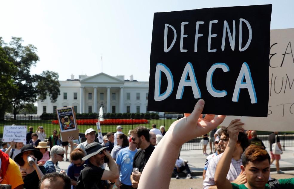 Manifestantes pedem, em frente à Casa Branca, manutenção do programa Daca (Foto: REUTERS/Kevin Lamarque)