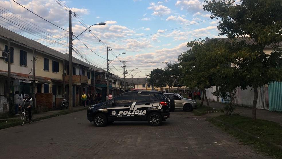 Polícia investiga morte de homem na Zona Norte de Porto Alegre — Foto: Cristine Gallisa/RBS TV