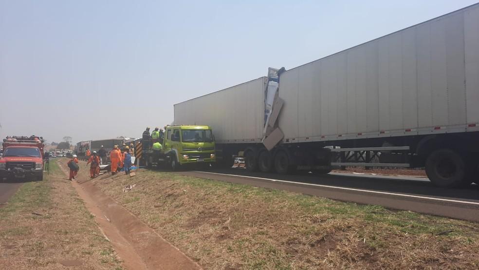 Equipes atendem a engavetamento registrado no km 669 da BR-365, entre Uberlândia e Monte Carmelo — Foto: Michele Ferreira/ G1