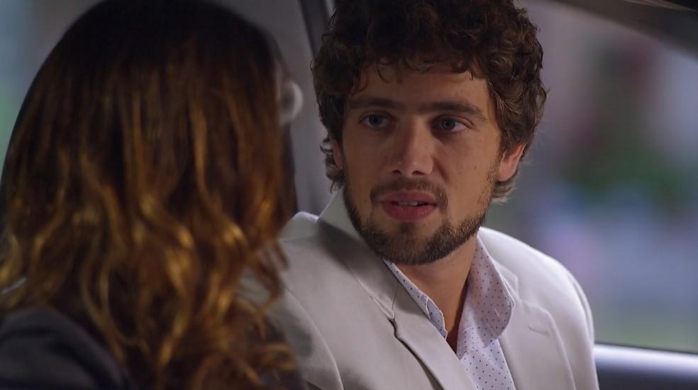 Rodrigo (Rafael Cardoso) oferece carona à Ana (Fernanda Vasconcellos)em 'A Vida da Gente' — Foto: Globo