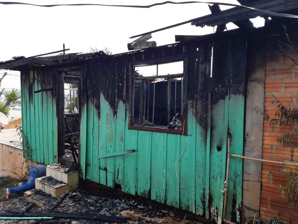 Segundo os bombeiros, casa foi destruída pelo foto e fogo atingiu todos os cômodos, em Pato Branco — Foto: Altair Merlo/Imagem cedida