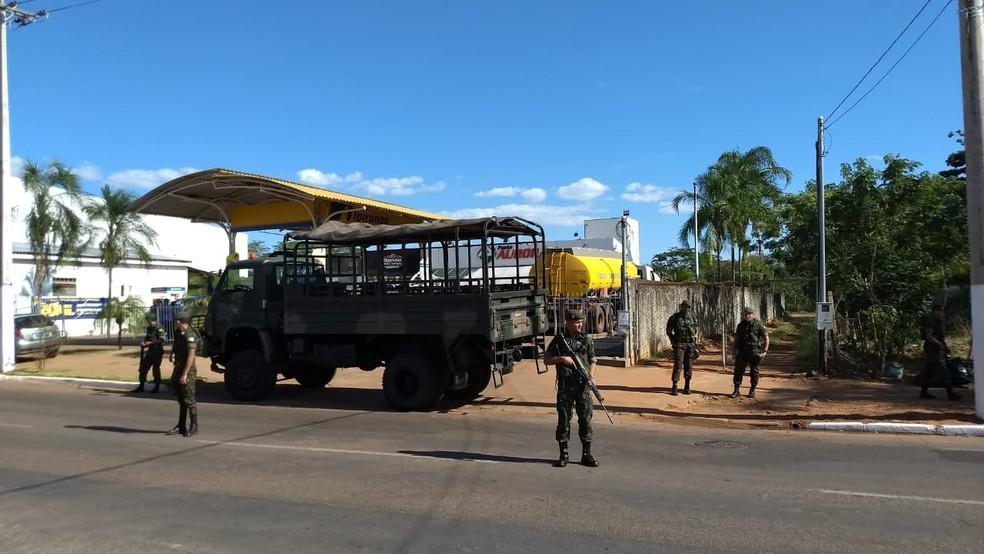 PRF e Exército escoltaram 10 caminhões para abastecer postos em MT (Foto: Luis Roberto Fileto/TVCA)