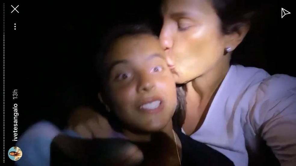 Ivete e o filho Marcelo, na noite do aniversário dele, na praia — Foto: Reprodução/ Instagram