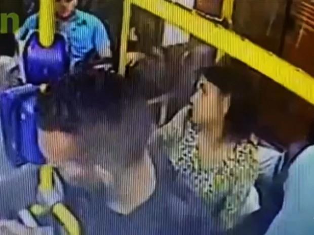 Passageiro de ônibus reage a assalto e mata dois suspeitos  (Foto: TV Verdes Mares/Reprodução)