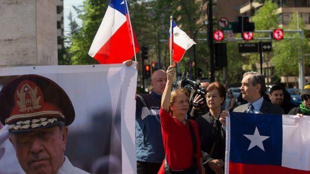 Grupos defendem herança de Pinochet, apesar de violações de direitos humanos (Foto: AFP via BBC)