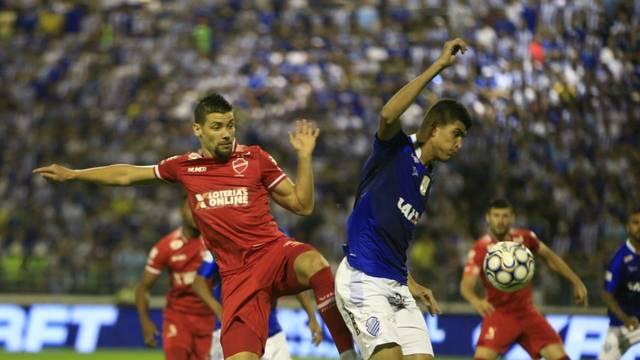 Diego Giaretta e Rubens disputam bola no primeiro tempo