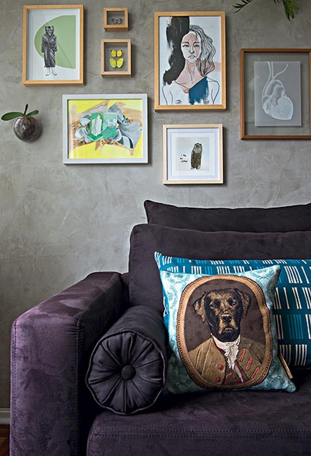 A almofada de cachorro em trajes chiques dá um toque de diversão à sala decorada pela designer de interiores Renata Parasmo.  (Foto: Marcelo Magnani/Casa e Jardim)