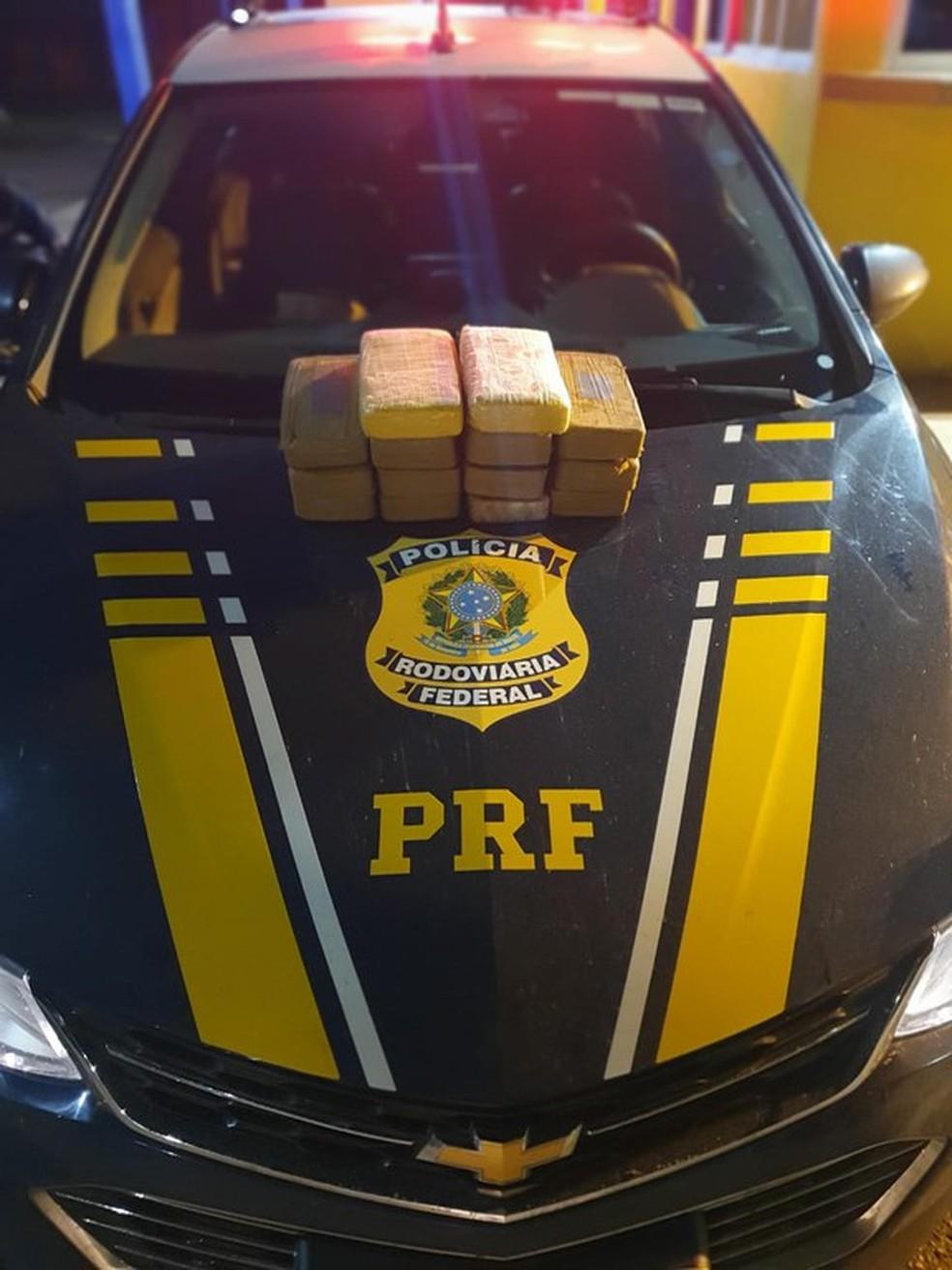 Passageira é presa com cocaína escondida em caixa térmica com pequis congelados em Mato Grosso — Foto: Polícia Rodoviária Federal