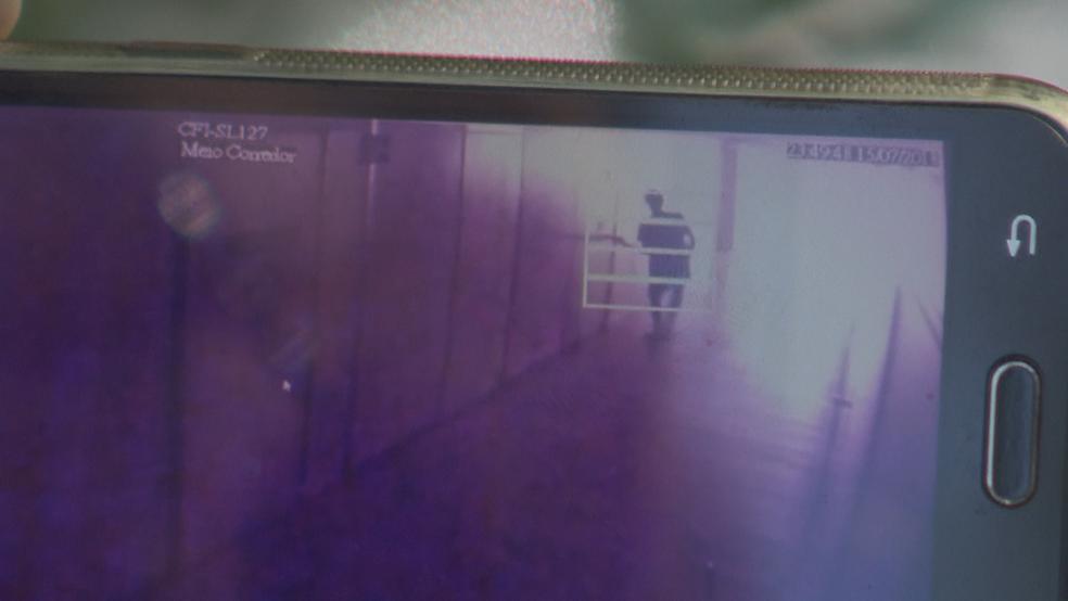 Imagem de câmera de segurança mostra momento em que homem força entrada em sala no Ministério do Trabalho (Foto: TV Globo/Reprodução)