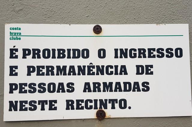Na contramão da onda atual, clube do Rio prega placa proibindo a entrada com... armas