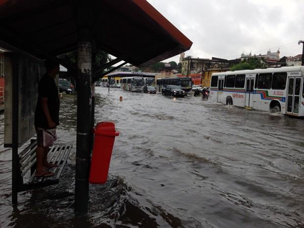 Alagamento também foi registrado no bairro do Varadouro (Foto: Walter Paparazzo/G1)