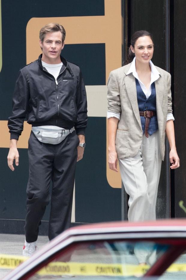 Chris Pine e Gal Gadot no set de Mulher Maravilha 2 (Foto: Backgrid)