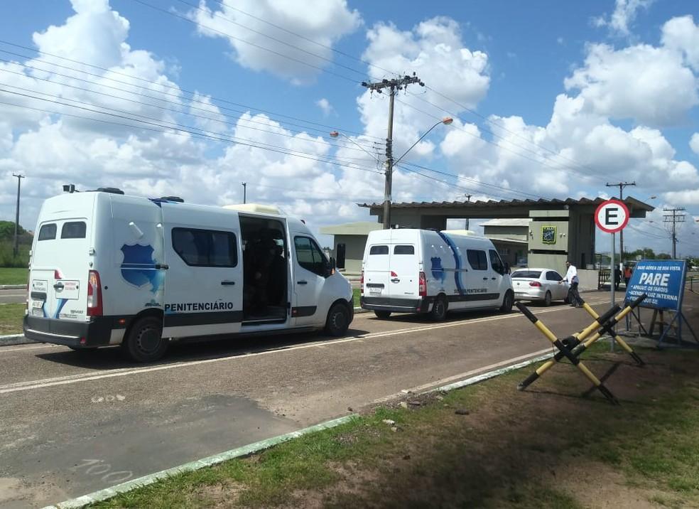 Detentos transferidos foram levados para a Base Aérea de Boa Vista e de lá embarcaram na aeronave com destino ao presídio federal — Foto: Jackson Félix/G1 RR
