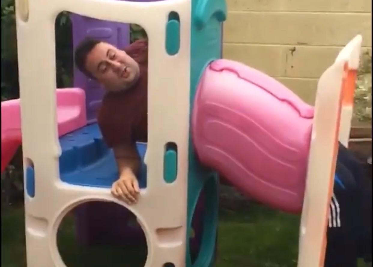 pai entala em brinquedão (Foto: reprodução Facebook)