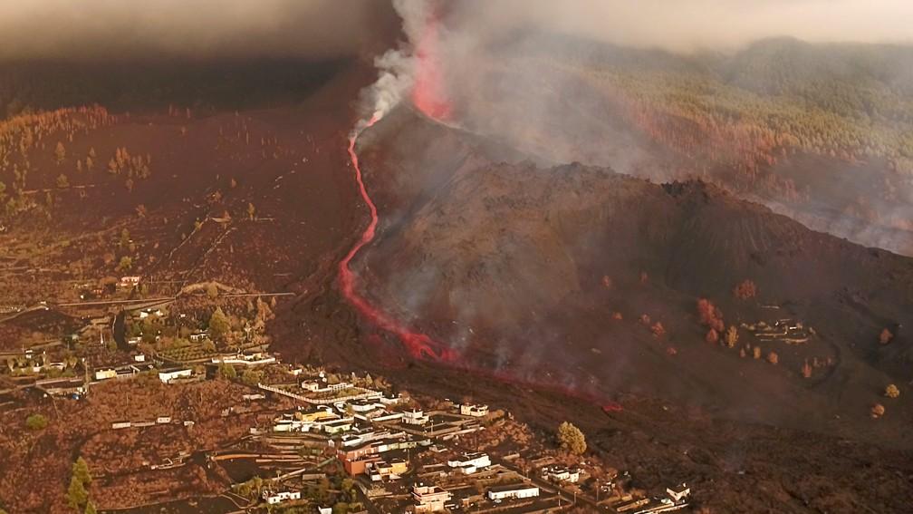 Captura de tela de imagens de drones mostra lava fluindo após erupção do vulcão em La Palma neste domingo (26) — Foto: Reuters