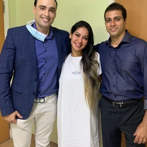 Mayra Cardi e seus médicos (Foto: Reprodução)
