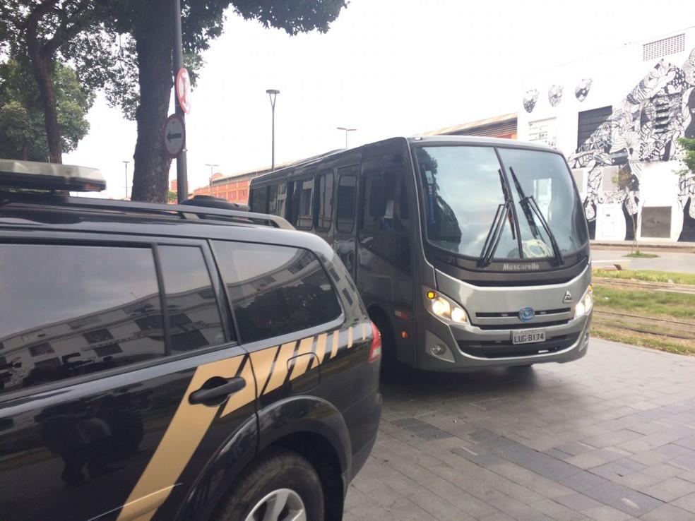 Ônibus leva sete presos em esquema de corrupção no Galeão para a sede da Polícia Federal (Foto: Bruno Albernaz/ G1)
