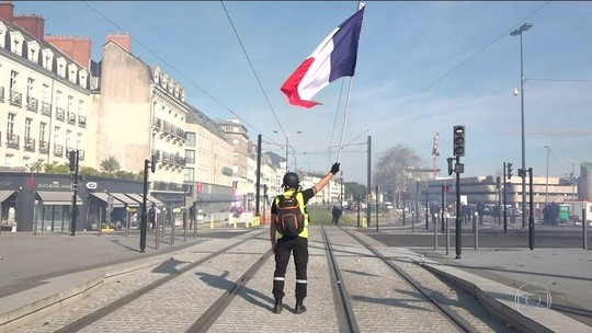 Coletes amarelos voltam às ruas de Paris no 14º fim de semana de protestos