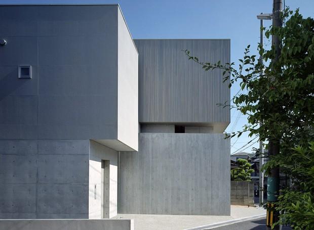 A casa segue um formato de L e conta com dois andares (Foto:  Katsuya Taira/Studio Rem/ Deezen / Reprodução)