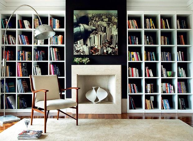 Os nichos desta estante têm 36 x 36 cm, medidas que a arquiteta Débora Lima achou ideal para acomodar livros de tamanhos e formatos diferentes (Foto: Célia Weiss/Casa e Jardim)