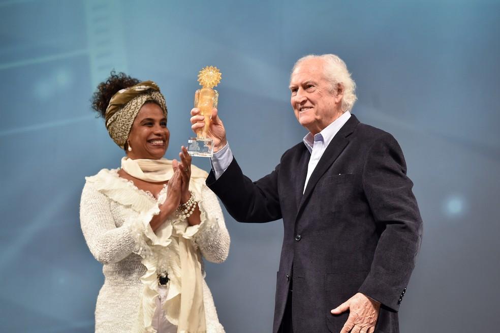 Em imagem de 2015, Fernando Solanas exibe o troféu recebido no Festival de Gramado — Foto: Edison Vara/Agência Pressphoto