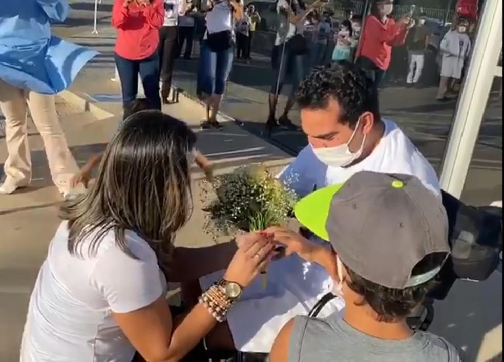 Médico José Alves recebe alta do HU e é pedido em casamento — Foto: Ascom/HU