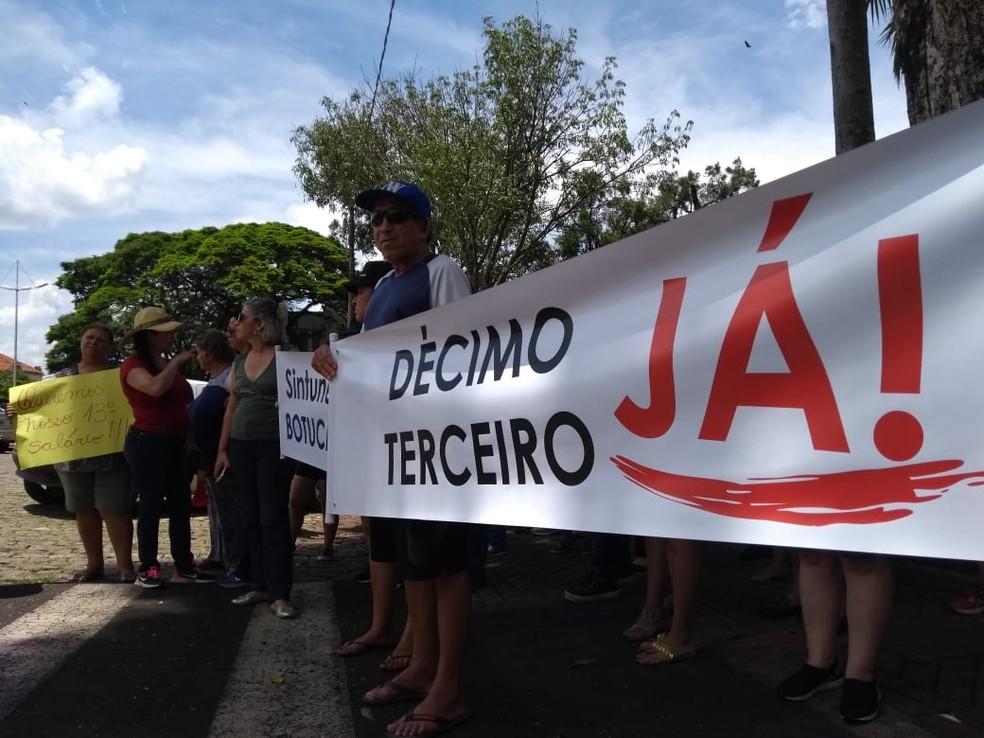 Servidores da Unesp de Botucatu protestam contra atraso no