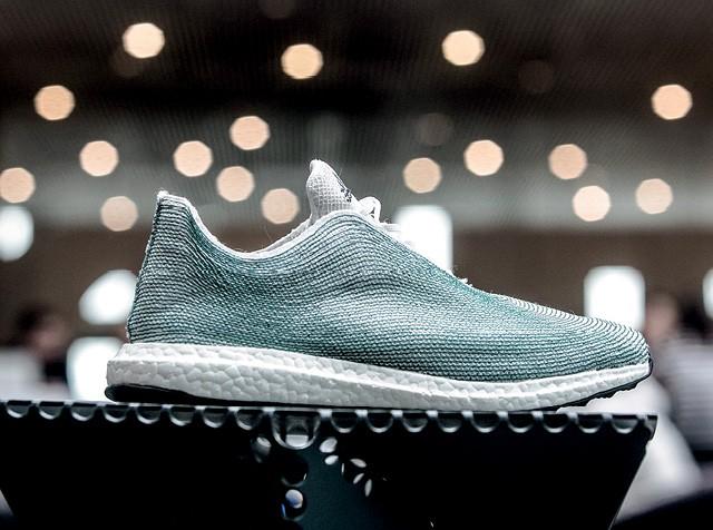 Revolução na Moda - Da parceria entre a Adidas e a Parley for the Oceans nasceram produtos confeccionados com plástico recolhido em praias e oceanos, como o tênis da foto (Foto:  Krisztian Bocsi/Getty Images)