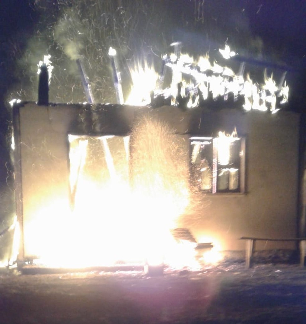 Incêndio iniciou após briga de casal no interior do Amzonas (Foto: Divulgação/PM)