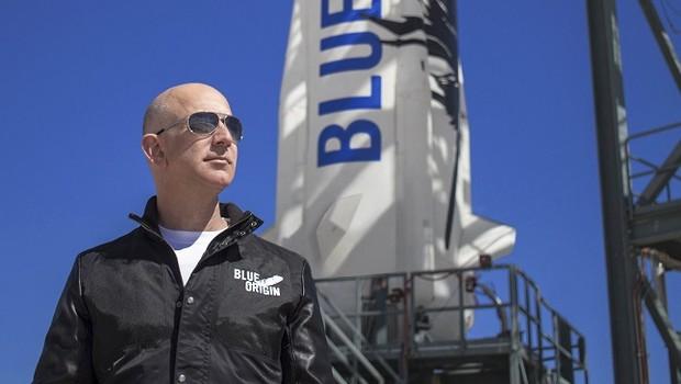 Jeff Bezos em frente ao foguete New Shepard, da Blue Origins (Foto: Divulgação/Blue Origin)