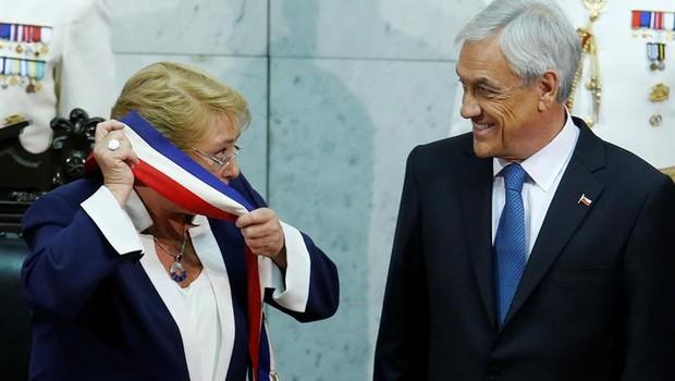 Sebastian Piñera recebe a faixa de presidente do Chile de Michelle Bachelet (Foto: Elvis Gonzalez/EFE)