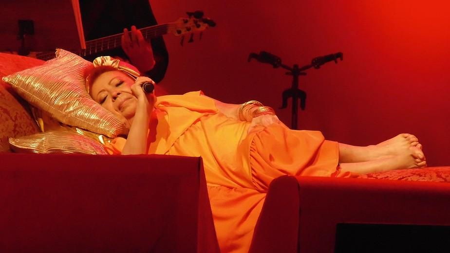Beth Carvalho faz show deitada sem tirar os pés do chão que embasa o samba carioca do Fundo de Quintal